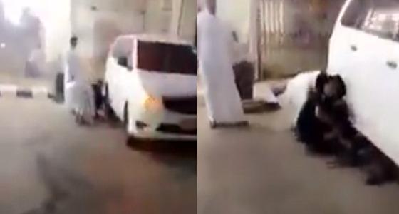 بالفيديو.. رجل أمن يترجل من دوريته لمساعدة عائلة خلال العيد