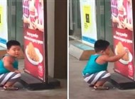 بالفيديو.. طفل جائع يحاول تناول الدجاج من ملصق إعلاني - المواطن