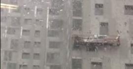 فيديو مرعب.. الرياح تتلاعب بسقالة فوقها عمال على ارتفاع كبير