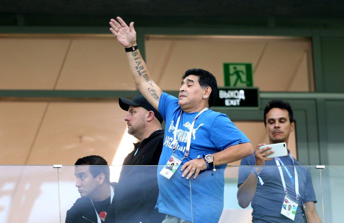 بالصور.. مارادونا يُساند ميسي بطريقته الخاصة