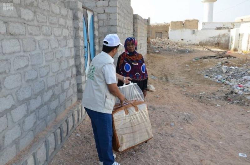 مركز الملك سلمان للإغاثة يوزع 500 كرتون من التمور في المهرة