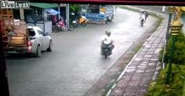 شاهد.. مظلة تتسبب في حادث سير مروع لفتاة - المواطن