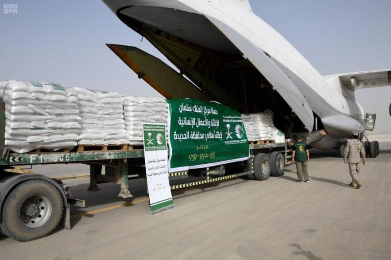 بالصور.. طائرتا مساعدات من مركز الملك سلمان للإغاثة تصلان عدن بحمولة 70 طنًا