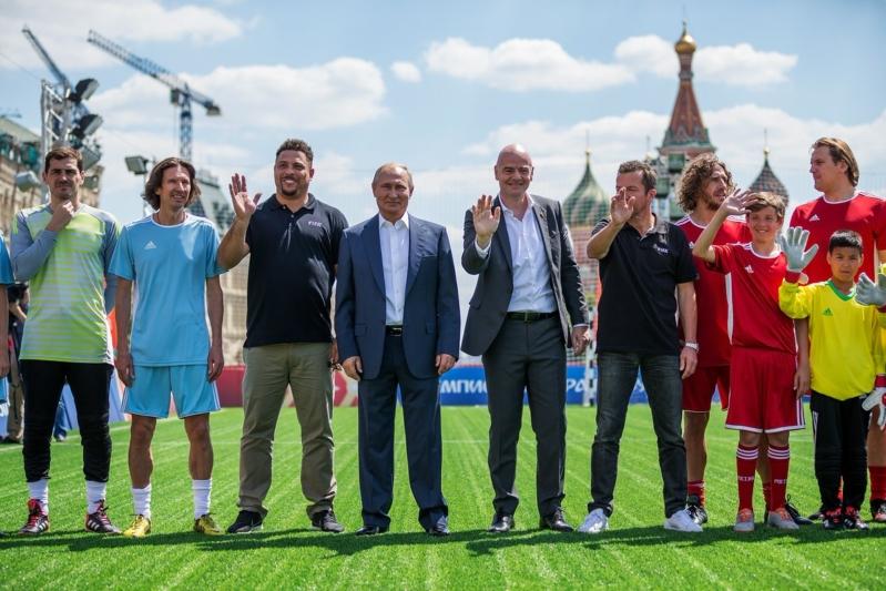 بالصور ..  بوتين يتألق في مباراة استعراضية رفقة أساطير كرة القدم