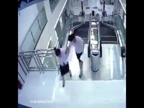 فيديو مروع.. سلم كهربائي يبتلع امرأة
