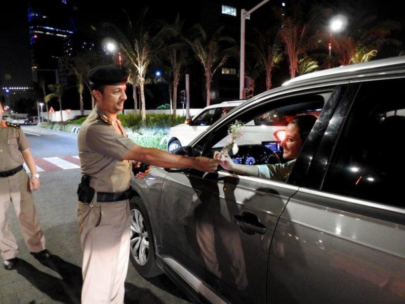 بالصور.. مرور جدة يستقبل قائدات المركبات بالورود - المواطن