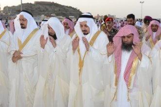 بالصور.. أمير عسير يؤدي صلاة عيد الفطر ويستقبل المهنئين - المواطن