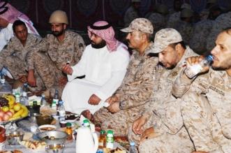 نائب أمير جازان يشارك المرابطين على الحد الجنوبي وجبة الإفطار - المواطن