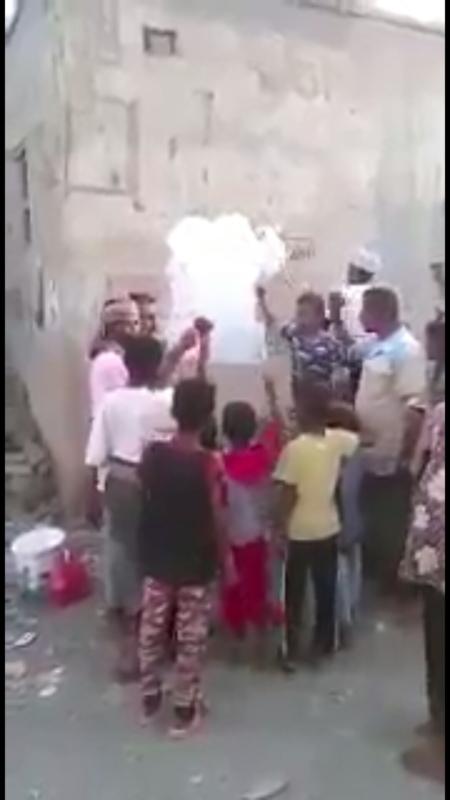 شاهد.. اليمنيون يزيلون شعارات الموت الحوثية من المناطق المحررة