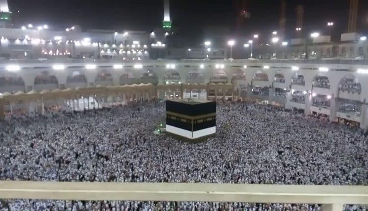 مشهد مهيب.. توقف الحركة بصحن المطاف ليلة 27 رمضان