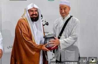 بالصور.. الشيخ السديس يوزع الهدايا على زوار بيت الله الحرام - المواطن