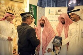 السديس يقدّم الهدايا لضيوف الرحمن بمطار المدينة المنورة - المواطن