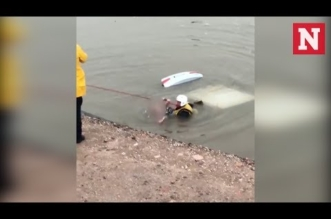 بالفيديو.. إنقاذ امرأة غرقت داخل سيارتها في قناة مائية - المواطن
