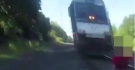 بالفيديو.. لحظة إنقاذ رجل من الدهس تحت قطار سريع - المواطن