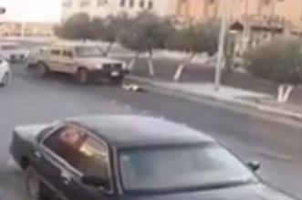 بالفيديو.. سيارة شاص تدهس طفلة وتنجو بأعجوبة - المواطن