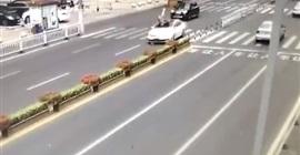 شاهد.. مركبة تدهس امرأة أثناء محاولتها عبور الطريق - المواطن