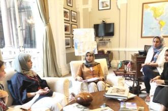 د.تماضر الرماح خلال اجتماعها مع أعضاء جمعية دعم المرأة