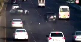 شاهد.. سائق يتسبب في حادث مروع بين 3 سيارات في أبو ظبي - المواطن