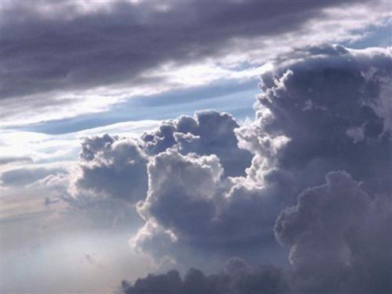 سحب رعدية ممطرة وضباب ورياح نشطة بعدة مناطق