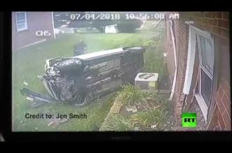 بالفيديو.. سيارة تطير وتصطدم بمبنى مخلفة دماراً هائلاً - المواطن
