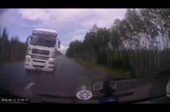 فيديو.. انفجار إطار شاحنة يسبب كارثة على الطريق - المواطن