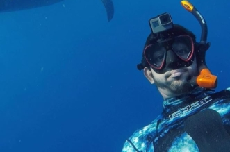فيديو يحبس الأنفاس.. ولي عهد دبي يسبح بجوار أسماك القرش العملاقة - المواطن