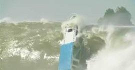 شاهد.. موجة هائلة تتسبب في انقلاب قارب صغير - المواطن
