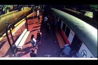 شاهد.. إنقاذ امرأة علقت ساقها في أحد مسارات القطار - المواطن