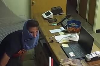 فيديو طريف.. لص غبي يخفي وجهه في ملابسه الداخلية - المواطن