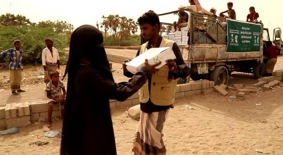 مركز الملك سلمان للإغاثة يوزع 450 كرتون تمر في المسيلة اليمنية