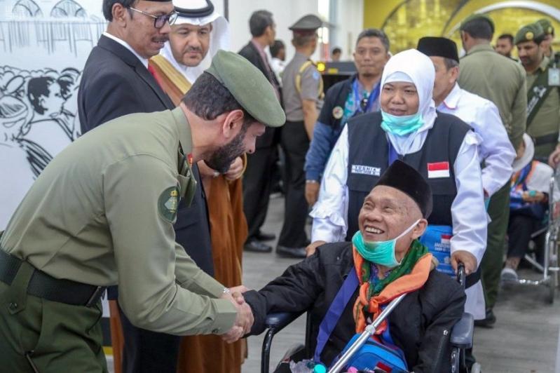 ضمن طريق مكة.. استقبال أولى رحلات الحج لمطار المدينة من إندونيسيا بالورود