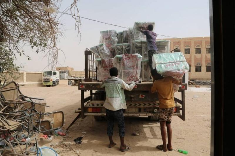 بالصور.. 6 شاحنات تحمل تجهيزات ومستلزمات مدرسية تصل مأرب - المواطن