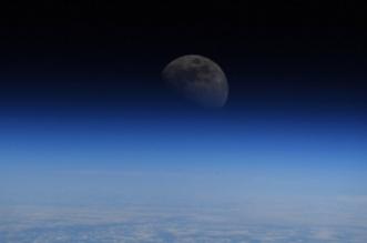 رائد فضاء ينشر صورة للقمر من خارج الأرض - المواطن