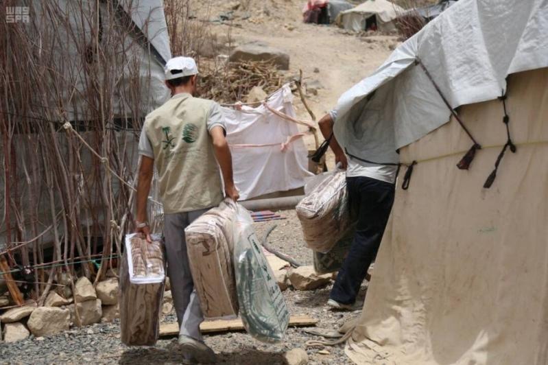 بالصور.. مركز الملك سلمان للإغاثة يوزع مساعدات غذائية للنازحين في مأرب