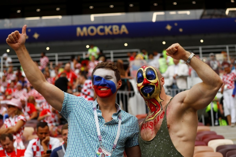 شاهد بالصور .. طقوس مشجعي الطرفين قبل النهائي الكبير فرنسا كرواتيا