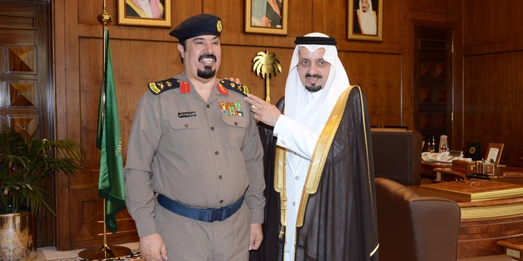 أمير عسير يقلد مدير الدفاع المدني رتبة لواء
