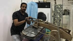 شاهد.. شاب سعودي يتحدى العيب ويمتهن غسل الملابس.. قصة أمل وكفاح