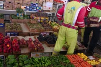 بالصور.. مخالفات بالجملة بسوق الخضراوات والفواكه في الكعكية - المواطن