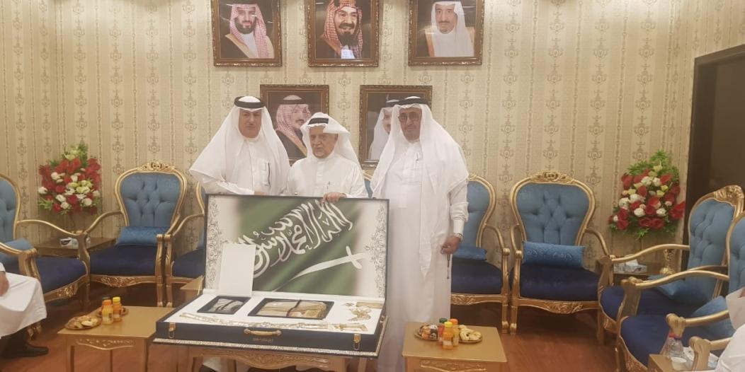 100 ألف ريال من الأزهري لجمعية العناية بالمقابر في عسير