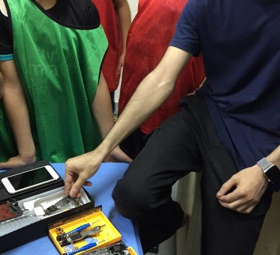 بالصور.. تدريب الطلاب على صيانة الجوالات بأندية الرياض الموسمية