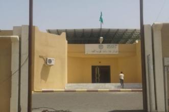 """بلدية خميس مشيط تتجاوب مع """"المواطن"""" وتثبت لوحة المركز وتغير العلم الممزق - المواطن"""