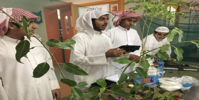 بالصور.. تدريب الطلاب على صيانة الجوالات بأندية الرياض الموسمية - المواطن