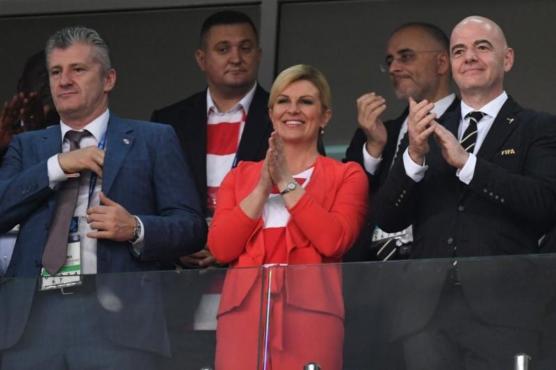 بالصور .. رئيسة كرواتيا تنسى وقار منصبها لعيون منتخب بلادها - المواطن
