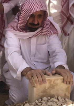 صورة مؤثرة للأمير جلوي بن عبدالعزيز بن مساعد أمام قبر والدته صحيفة المواطن الإلكترونية