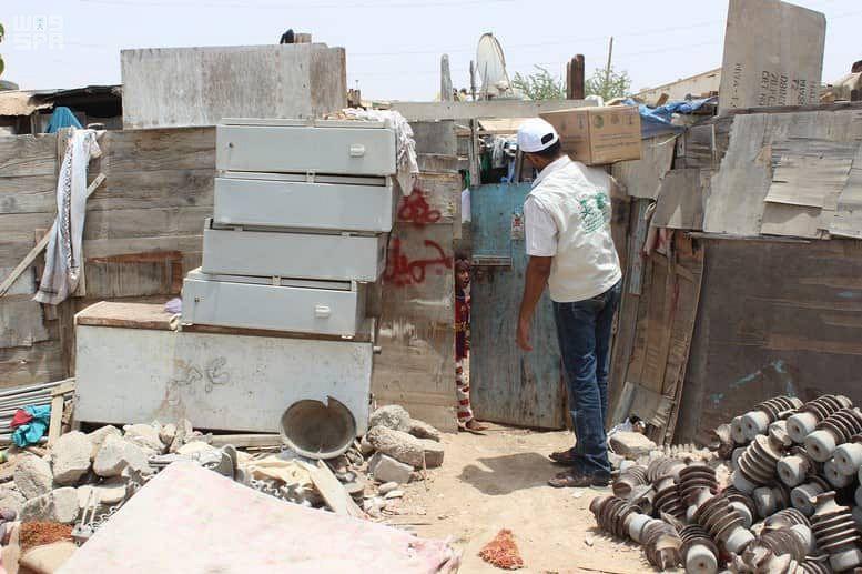 بالصور.. مركز الملك سلمان للإغاثة يوزع 900 كرتون تمور في المهرة اليمنية