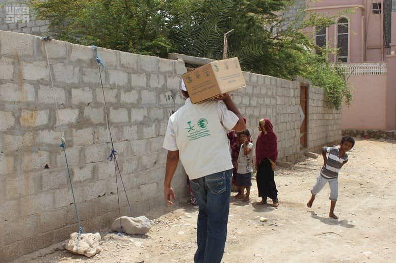 بالصور.. مركز الملك سلمان للإغاثة يوزع 900 كرتون تمور في المهرة اليمنية - المواطن