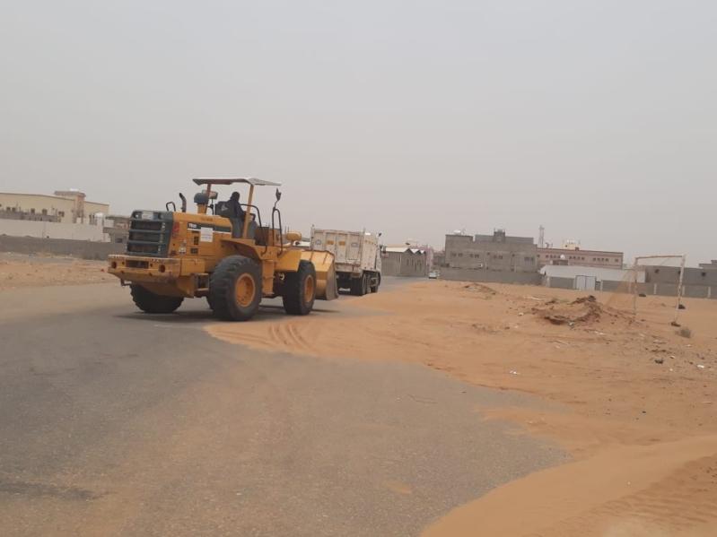 بالصور.. بلدية صامطة تستنفر طاقاتها لمعالجة أضرار موجة الغبار
