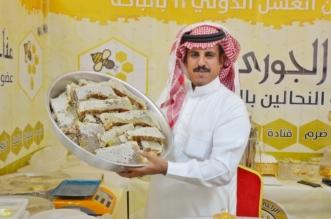 يزن 14 كجم.. النحال الزهراني يعرض أكبر شمع للعسل بمهرجان الباحة - المواطن