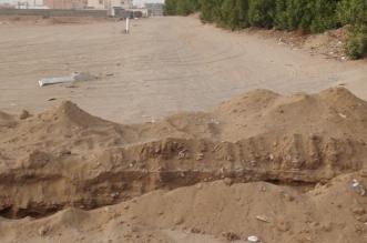 بالفيديو والصور.. مواطن يغلق أحد شوارع الطرشية الجديدة بصامطة - المواطن