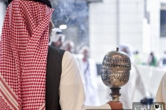 بالصور.. إدارة الأبواب بالمسجد الحرام تستقبل الحجاج بالطيب والبخور - المواطن